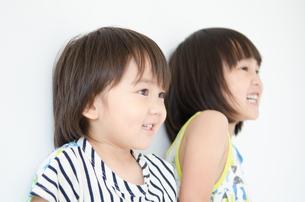 笑っている男の子と女の子の素材 [FYI01077628]
