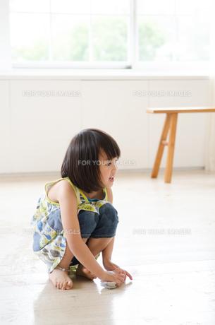 床を拭いている女の子の素材 [FYI01077629]