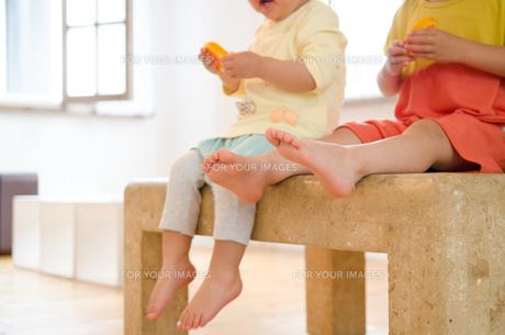 ベンチに座っている子供たちの足の素材 [FYI01077632]