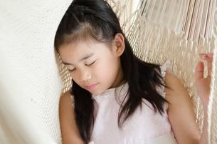 ハンモックで眠っている女の子の素材 [FYI01077634]