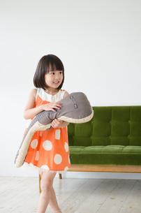 ギターのクッションを持っている女の子の素材 [FYI01077646]