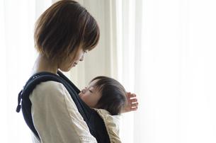 ベビーキャリアに入って眠る男の子とお母さんの素材 [FYI01077652]