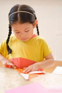 折り紙をしている女の子の素材 [FYI01077653]