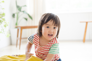 部屋の中で笑っている男の子の素材 [FYI01077655]
