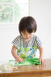 机を拭いている男の子の素材 [FYI01077661]