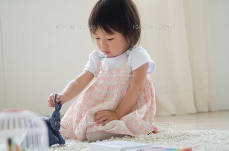 部屋の中で遊んでいる女の子の素材 [FYI01077667]