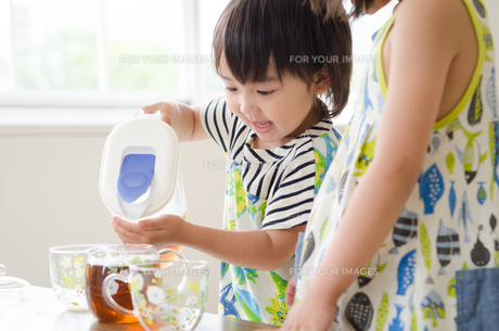 麦茶をついでいる男の子の素材 [FYI01077670]