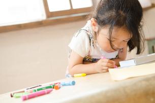 クレヨンでお絵描きをしている女の子の素材 [FYI01077672]