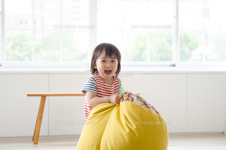 部屋の中で笑っている男の子の素材 [FYI01077673]