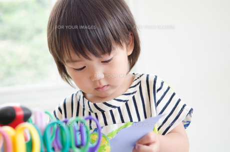 紙を切っている男の子の素材 [FYI01077674]