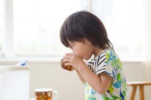 麦茶を飲んでいる男の子の素材 [FYI01077677]