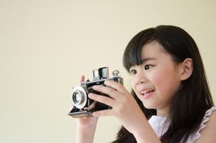 クラッシックカメラを持っている女の子の素材 [FYI01077685]