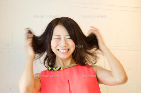髪をくしゃくしゃにしている女性の素材 [FYI01077686]
