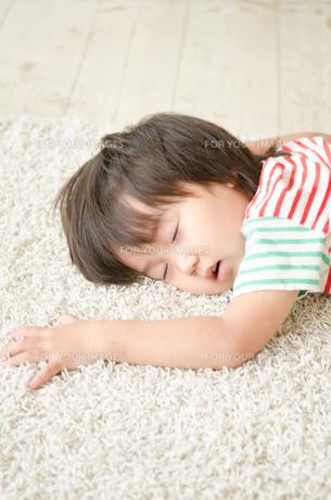 ラグに寝転んで眠っている男の子の素材 [FYI01077688]