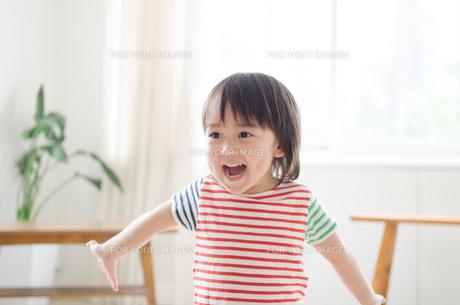 両手を広げて笑っている男の子の素材 [FYI01077691]