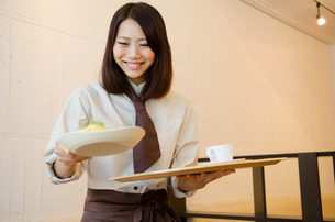カフェで働く笑顔の女性の素材 [FYI01077693]