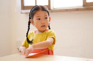折り紙をしている女の子の素材 [FYI01077694]