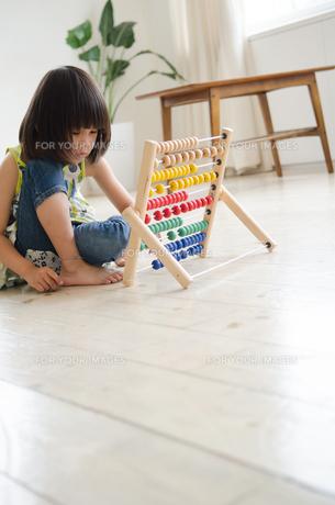 100玉そろばんで遊んでいる女の子の素材 [FYI01077695]