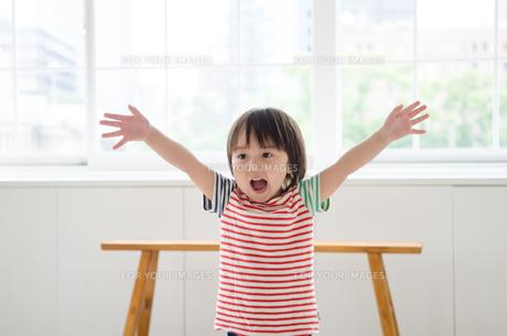 両手を上げている男の子の素材 [FYI01077702]
