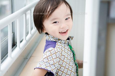 部屋の中で笑う男の子の素材 [FYI01077703]