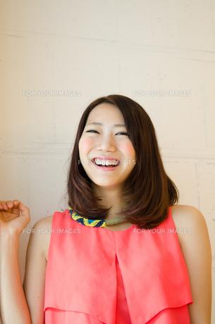 笑顔の女性の素材 [FYI01077705]