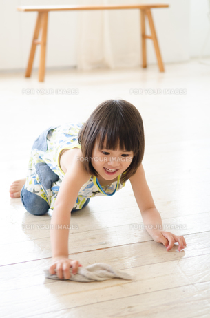 床を拭いている女の子の素材 [FYI01077710]