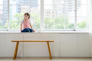 窓に座っている男の子の素材 [FYI01077711]