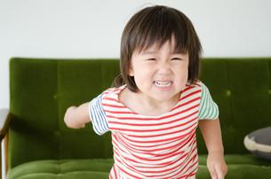 笑っている男の子の素材 [FYI01077712]