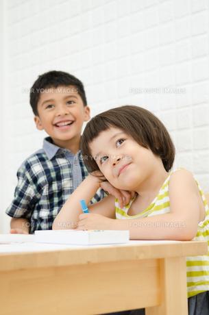何かを見ている子供たちの素材 [FYI01077717]