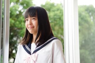 窓際で微笑む制服姿の女子高生の素材 [FYI01077718]