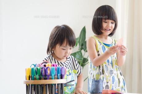 部屋の中で遊んでいる男の子と女の子の素材 [FYI01077724]