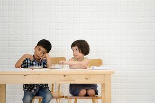 イスに座って困っているような子供たちの素材 [FYI01077725]