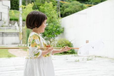 虫取り網を持った女の子の素材 [FYI01077726]