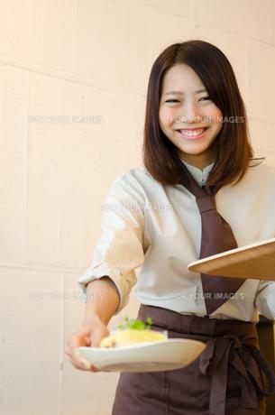 カフェで働く笑顔の女性の素材 [FYI01077730]