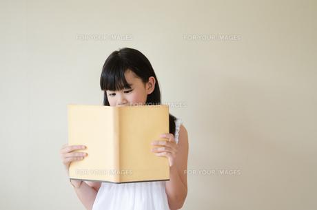 本を読んでいる女の子の素材 [FYI01077740]