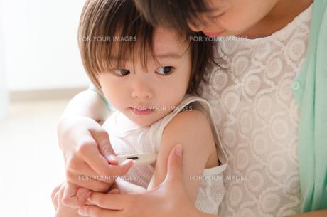 脇の下に体温計を挟む男の子の素材 [FYI01077750]
