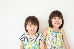 笑っている男の子と女の子の素材 [FYI01077754]