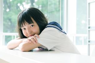 微笑んでいる制服を着た女の子の素材 [FYI01077755]