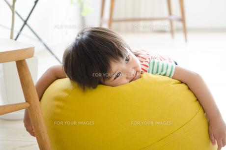 クッションの上に乗っている男の子の素材 [FYI01077758]
