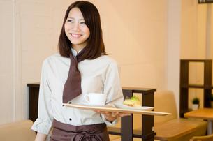 カフェで働く女性の素材 [FYI01077770]