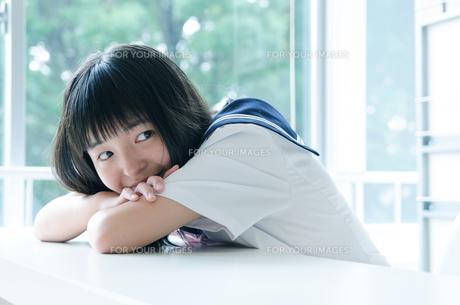 微笑んでいる制服を着た女の子の素材 [FYI01077782]