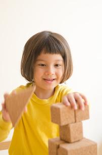 ブロックで遊ぶ女の子の素材 [FYI01077789]