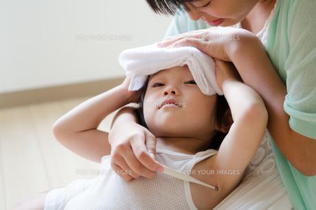 タオルを額の上に乗せている男の子の素材 [FYI01077790]