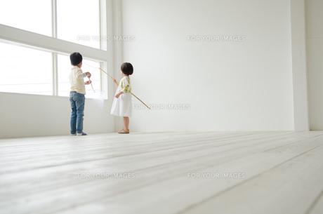 虫取り網を持つ子供たちの素材 [FYI01077792]