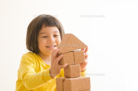 ブロックで遊ぶ女の子の素材 [FYI01077799]