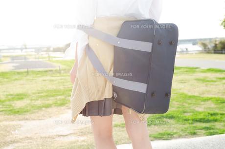 カバンを背負っている女子学生の後ろ姿の素材 [FYI01077868]