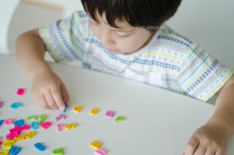 アルファベットで遊ぶ子供の素材 [FYI01077875]
