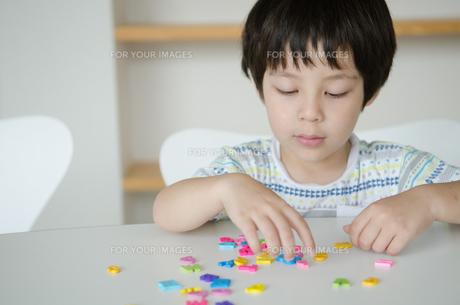 アルファベットで遊ぶ男の子の素材 [FYI01077876]