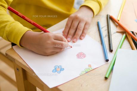 絵を描く女の子の手の素材 [FYI01077877]