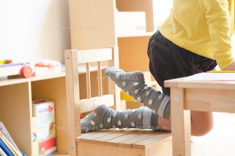 子供の足元の素材 [FYI01077883]